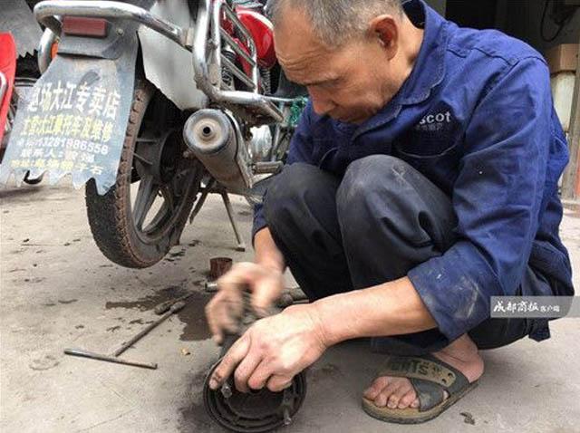Dù không nhìn thấy gì, ông Chu vẫn có thể đoán trúng bệnh của xe bằng cách sờ vào máy, nghe tiếng pô nổ
