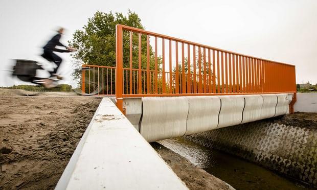 Một người đang đạp xe qua con cầu bê tông in 3D tại Gemert (Hà Lan)