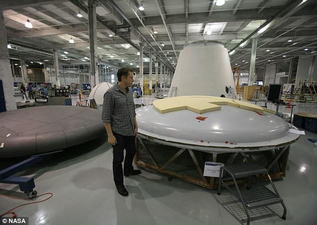 Elon Musk tại xưởng chế tạo của SpaceX.