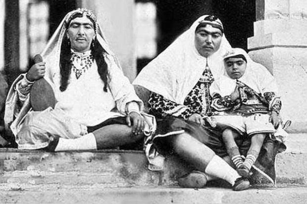 Anis al-Doleh (phải) - tri kỷ của đức vua