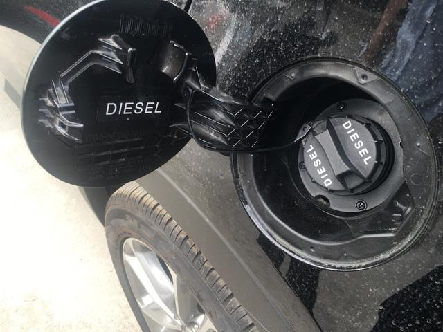 Nhiều nắp bình nhiên liệu có đề sẵn thông báo về loại nhiên liệu thích hợp cho xe.