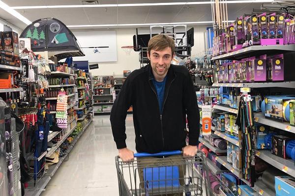 Mua hàng ở Walmart rồi bán lại trên Amazon, thanh niên lãi cả triệu đô - Ảnh 1.