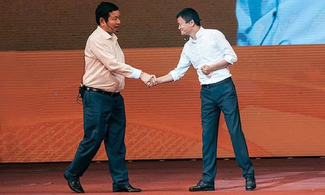 Giải mã tư thế bắt tay của ông Jack Ma với ông Trương Gia Bình để hiểu thêm về vị tỷ phú này - Ảnh 2.