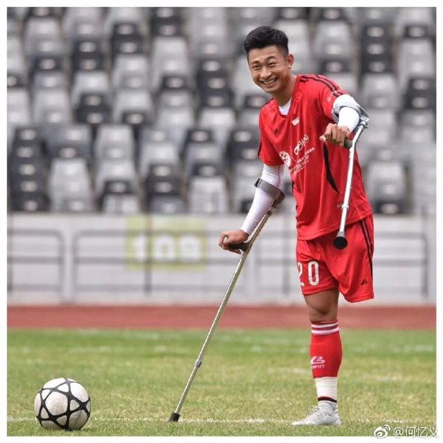 Chàng trai mất một chân do ung thư vẫn chống nạng đá bóng cực khéo, trở thành hiện tượng Internet ở Trung Quốc - Ảnh 3.