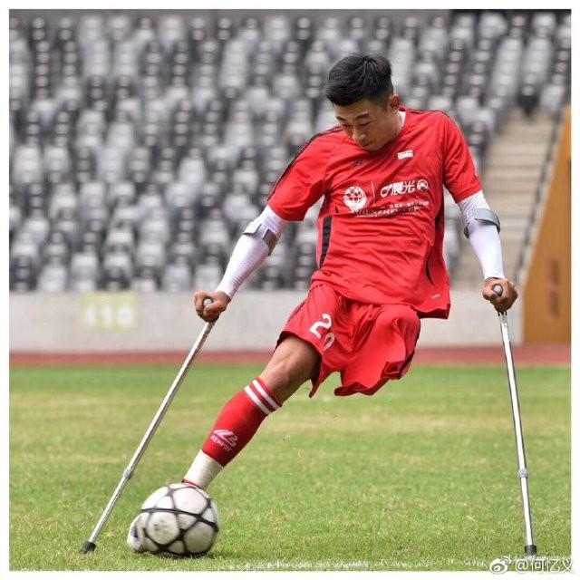 Chàng trai mất một chân do ung thư vẫn chống nạng đá bóng cực khéo, trở thành hiện tượng Internet ở Trung Quốc - Ảnh 4.