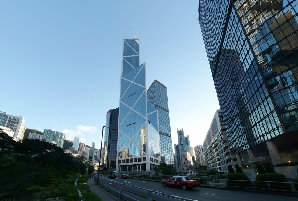 Tòa tháp Ngân Hàng Trung Quốc, công trình bị chỉ trích nặng nề vì không hề có Cổng Rồng và đi ngược lại với phong thủy đến nỗi rất ít người lui đến nơi đây