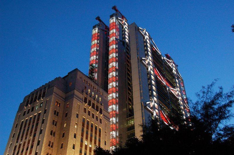 Tòa nhà HSBC bên cạnh xây nên hẳn 2 khẩu đại bác trên đỉnh nóc để chống lại những năng lượng tiêu cực của tòa tháp Ngân Hàng
