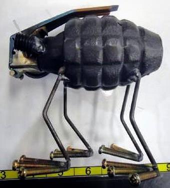 Một chiếc lựu đạn được một nghệ sĩ nào đó gắn thêm 4 chân để làm một đồ lưu niệm đem đi tặng bạn bè. Có lẽ người này không hề biết rằng, bất cứ thứ gì có hình dạng lựu đạn đều bị tịch thu
