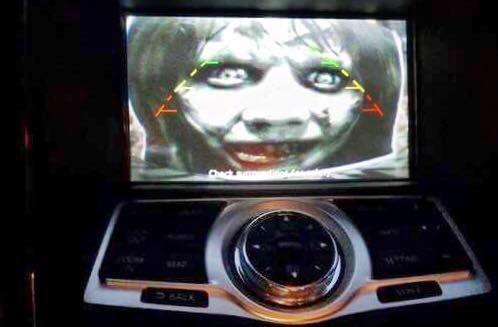 [Vui] Với vài tấm ảnh trong phim kinh dị cùng camera lùi trên ô tô, anh chồng khiến vợ sợ chết khiếp - Ảnh 4.