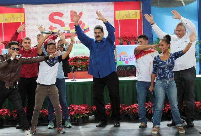 Tiền thật rơi tự do, Venezuela tự ra mắt tiền ảo - Ảnh 1.
