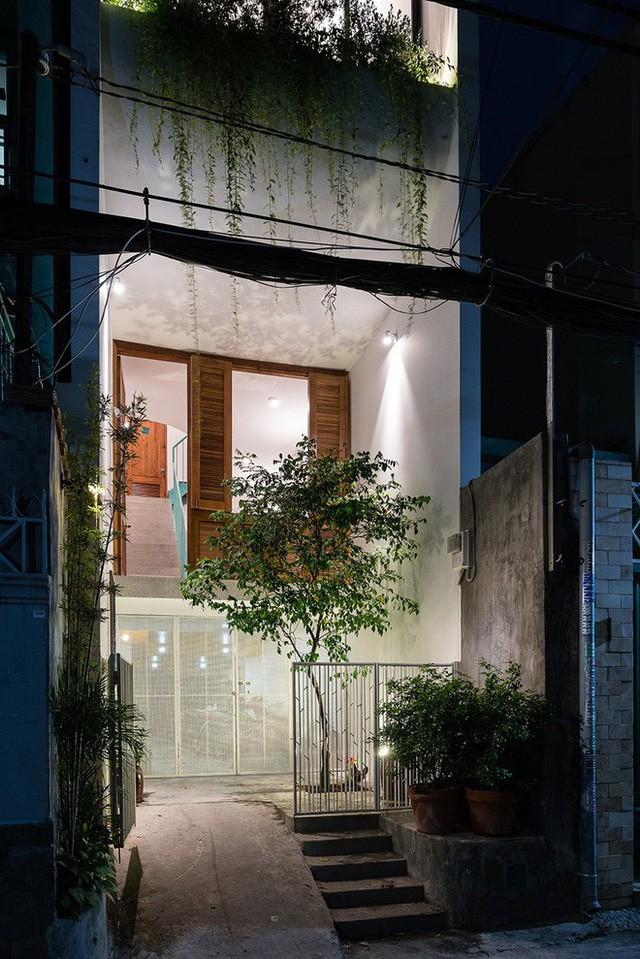 Ngôi nhà ống của đại gia đình trong hẻm nhỏ ấp ủ ý tưởng suốt 10 năm, đổi 3 đội thợ mới hoàn thành ở Sài Gòn - Ảnh 2.