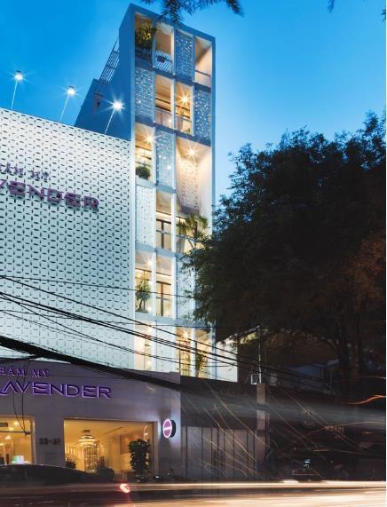 Ngôi nhà ống 7 tầng sâu hun hút ở TP. HCM đẹp ấn tượng trên tạp chí kiến trúc của Mỹ - Ảnh 1.