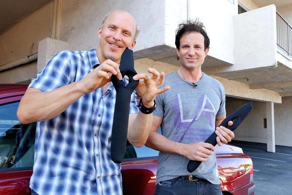 Suýt chết vì tai nạn ô tô, 2 chàng trai nghĩ ra ý tưởng kinh doanh siêu đơn giản, sau show Shark Tank họ trở thành triệu phú - Ảnh 1.
