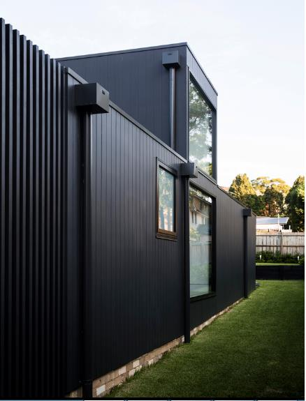 Ngôi nhà có lợi thế không gian xung quanh thoáng đãng và nhiều cây xanh.