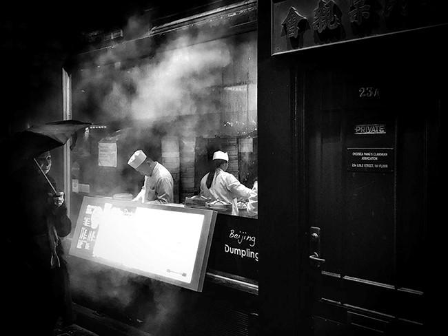 Bức ảnh chụp một cửa hàng tại phố người Hoa, Lodon của tác giả Darren Boyd giành giải nhất thể loại này. Darren Boyd sống tại London, là một nhà thiết kế đồ họa và một nhiếp ảnh gia tự do chuyên về thể loại chân dung