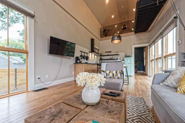Phòng khách lớn trang trí theo phong cách country house nhẹ nhàng, hiện đại.