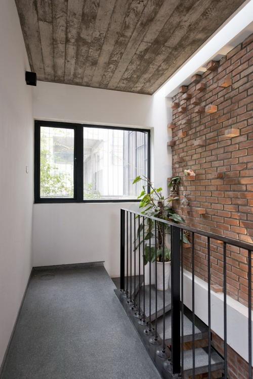Không gian cầu thang cũng được thiết kế đơn giản với lan can bằng những thanh thép thẳng đứng