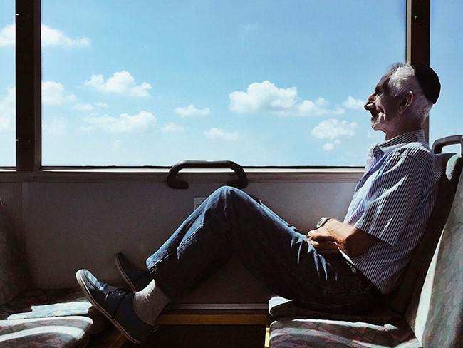 Tác giả Dina Alfasi, đến từ Israel, giành giải nhất thể loại này với tác phẩm chụp một người đàn ông cao tuổi trên chuyến tàu cô đi mỗi ngày đến nơi làm việc. Hiện Dina Alfasi là kỹ sư công trình kiến trúc