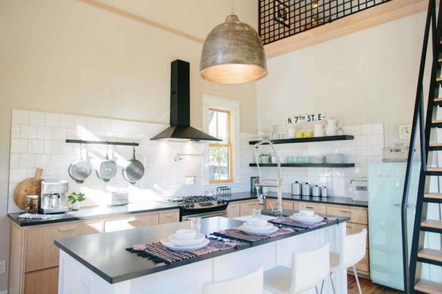 Ngay cạnh đó là căn bếp tiện nghi. Giữa phòng khách và phòng bếp không có vách ngăn, tạo sự thoáng rộng cho không gian sống.
