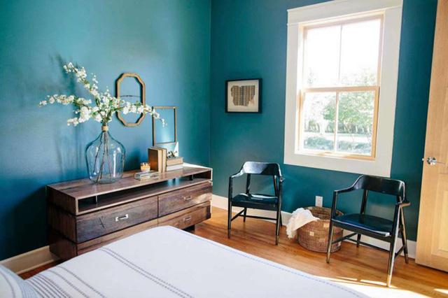 Phòng ngủ chính đặt sau gian bếp, được trang trí nhẹ nhàng, tinh tế.