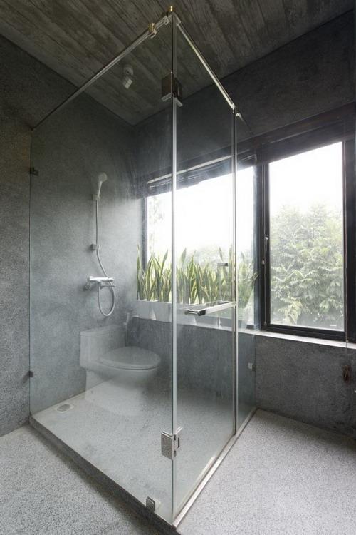 Phòng tắm rộng thoáng cạnh cửa sổ