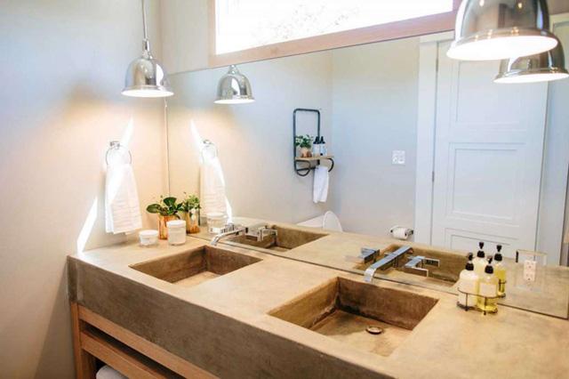 Ngoài ra, ngôi nhà cũng có một phòng tắm lớn kèm phòng giặt là với máy giặt và máy sấy quần áo đầy đủ.