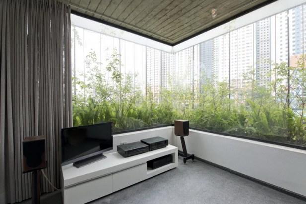 Ngôi nhà được thiết kế theo không gian mở nhìn ra bên ngoài để thuận lợi cho việc ngắm nhìn cây xanh cũng như khung cảnh thành phố xung quanh