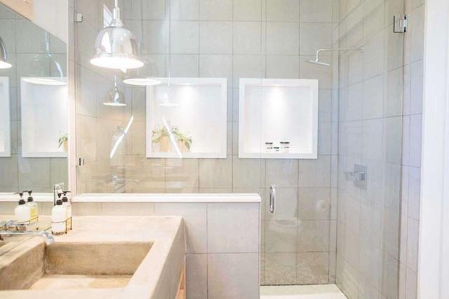 Phòng tắm được cải tạo nhìn không khác gì tiện nghi của một khách sạn 5 sao.