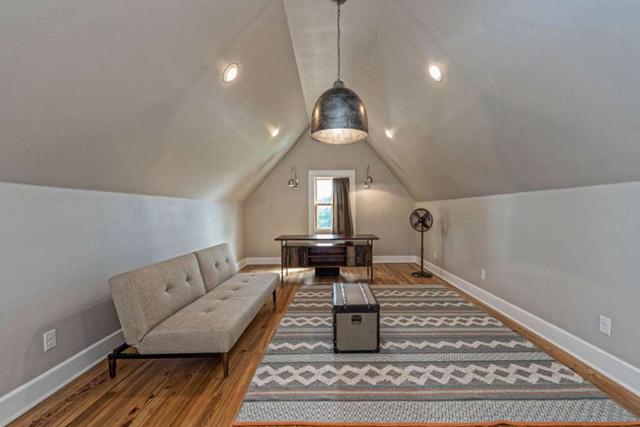 Để tạo thêm không gian sinh hoạt, các kiến trúc sư đã mở thêm một căn gác xép ngay trên phòng ngủ.