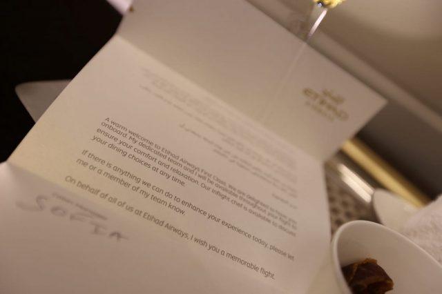 Bức thư được quản lý gửi riêng cho bạn với chữ kí viết tay, bức thư này có nội dung cám ơn cũng như chúc bạn có một chuyến bay tốt đẹp.