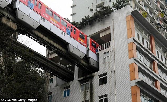 Nhờ đó, các nhà quy hoạch đô thị mới có thể vừa giữ lại tòa nhà, vừa xây dựng được đường tàu hỏa.