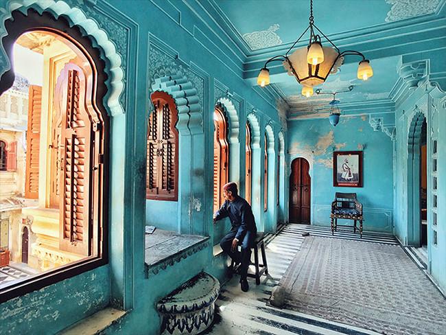 """Giải ba năm nay thuộc về Kuanglong Zhang, một nhiếp ảnh gia tự do sống tại Thâm Quyến, Trung Quốc. Tác phẩm có tên """"Cung điện thành phố"""" được anh chụp tại Udaipur, thành phố mà theo anh là """"một trong những nơi lãng mạn nhất tại Ấn Độ"""". Tác phẩm được chụp bằng iPhone 7"""
