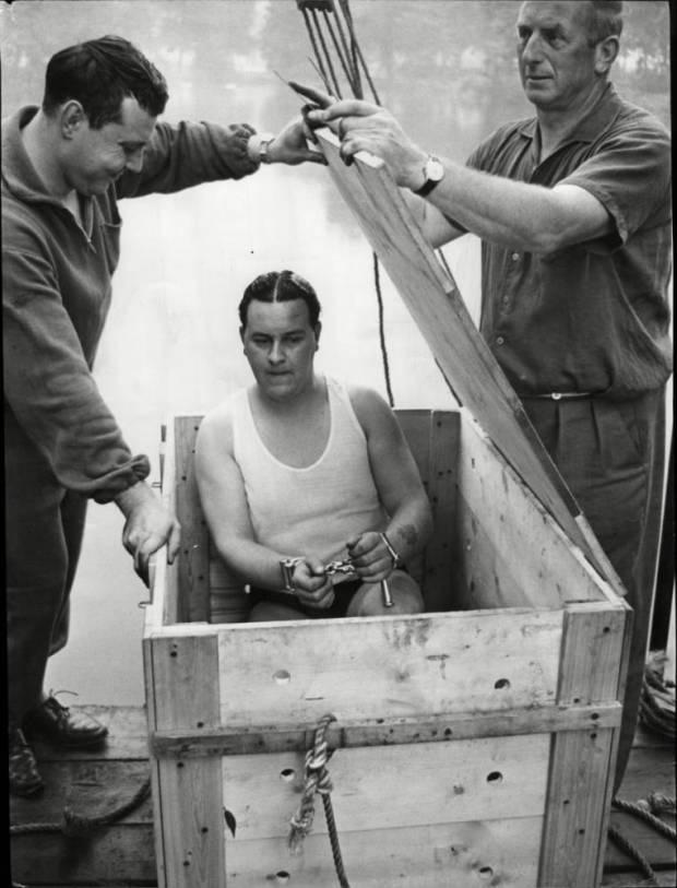 Đầu tiên, chiếc hộp có những lỗ nhỏ cho phép Houdini có thể thở trong khi chờ các trợ lý đóng kín nắp bằng đinh và dây xích. Những lỗ này cũng để nước tràn vào bên trong nhằm làm chiếc hộp chìm xuống nước.