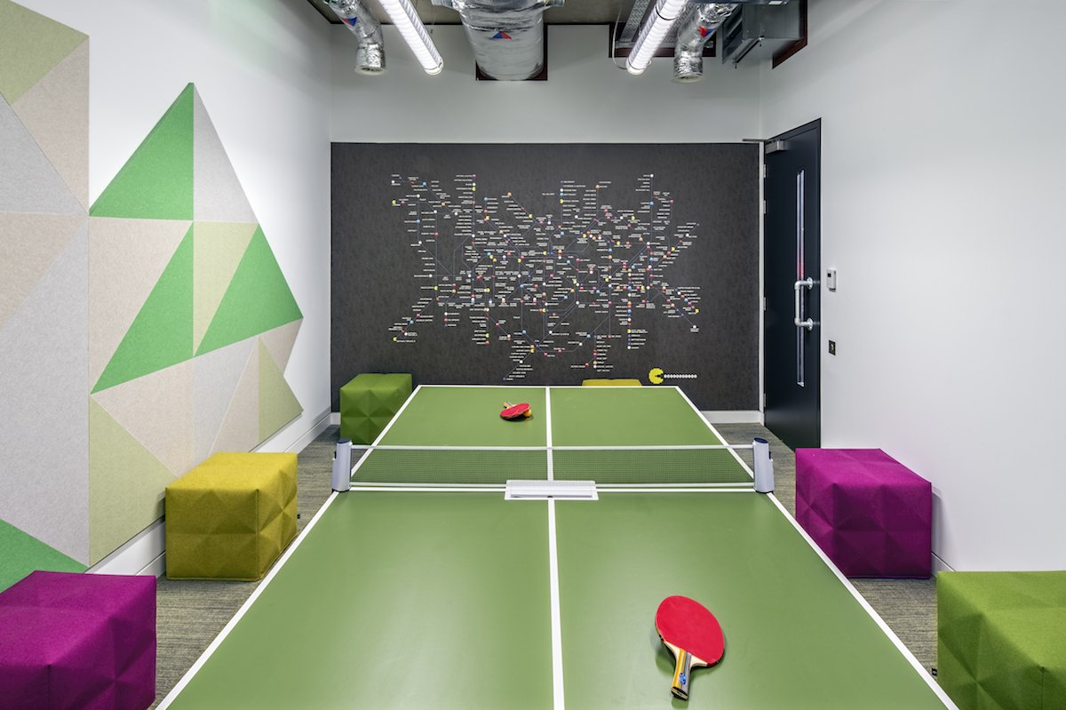 Căn phòng này có bàn đánh bóng bàn, chắc lại là để tập thể dục đây! Thế nhưng đây thực chất lại là phòng họp!