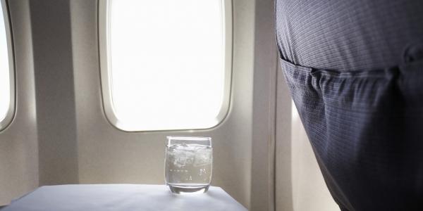 Tiếp viên hàng không tiết lộ lý do tại sao bạn phải suy nghĩ kỹ trước khi uống nước trên máy bay - Ảnh 3.