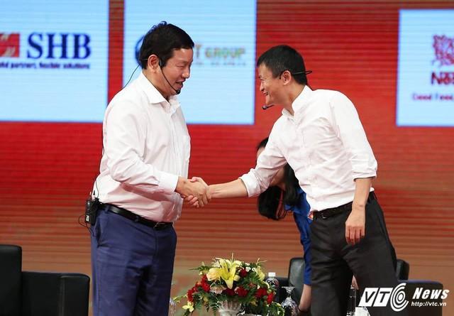 Giải mã tư thế bắt tay của ông Jack Ma với ông Trương Gia Bình để hiểu thêm về vị tỷ phú này - Ảnh 3.
