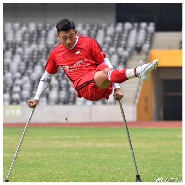 Chàng trai mất một chân do ung thư vẫn chống nạng đá bóng cực khéo, trở thành hiện tượng Internet ở Trung Quốc - Ảnh 5.