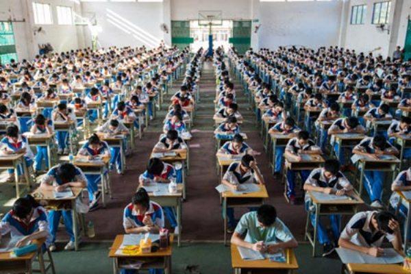Áp lực học tập cũng là một lý do quan trọng khiến các em phải sử dụng tới thiết bị hỗ trợ từ bên ngoài.