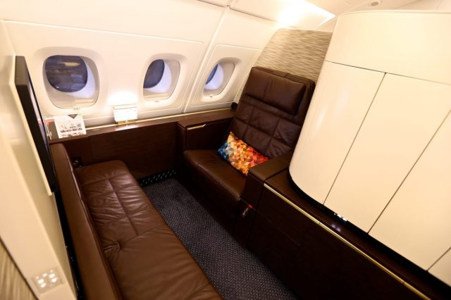 Đây là khu vực ngồi của bạn trên máy bay, ghế bọc da sang trọng có thể chuyển thành giường nằm trong nháy mắt. Thế nhưng, đó chưa phải là tất cả.