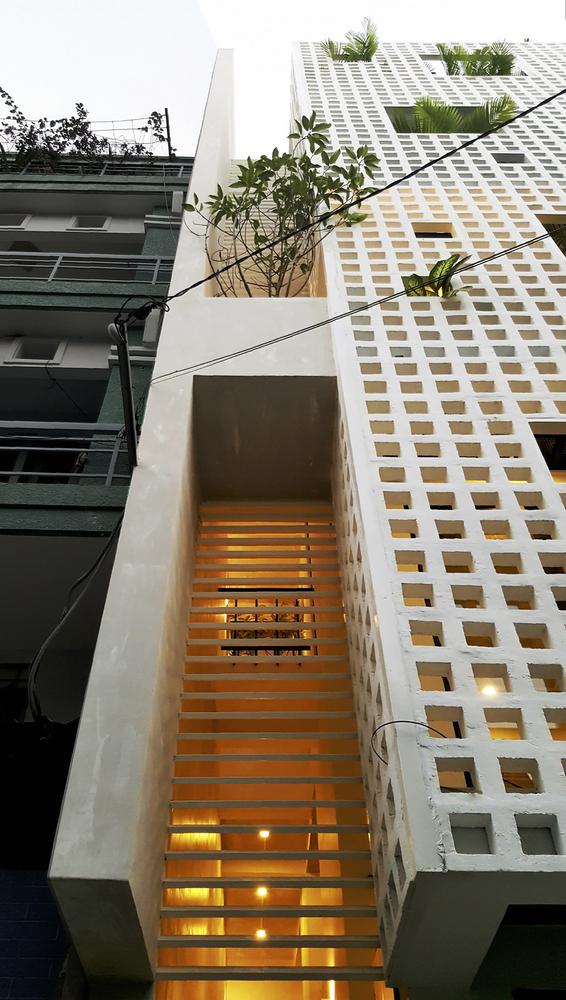 Vị trí cầu thang sau khi di chuyển tạo nên khoảng thông tầng trên 3 tầng lầu giúp tuần hoàn không khí