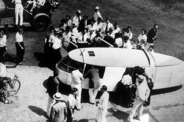 Nghệ sĩ Diego Rivera có thể được nhìn thấy đang bước vào chiếc xe, mang theo một chiếc áo choàng
