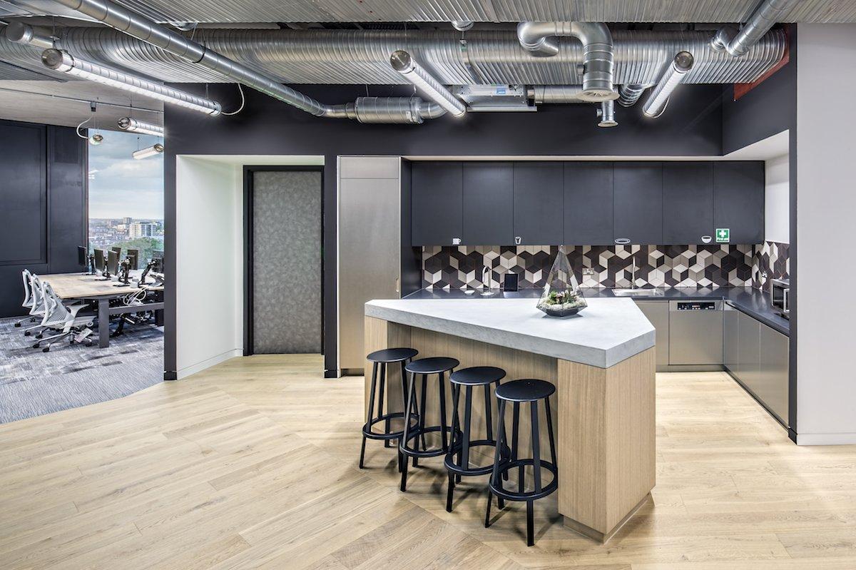 Ngoài ra còn có hẳn một khu nấu nướng để nhân viên có thể thoải mái nấu ăn và dùng bữa