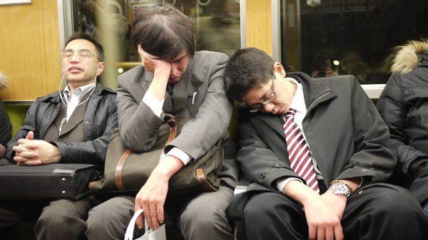 Họ luôn tỏ ra mệt mỏi và thiếu ngủ do cường độ công việc quá lớn - (Ảnh minh họa).