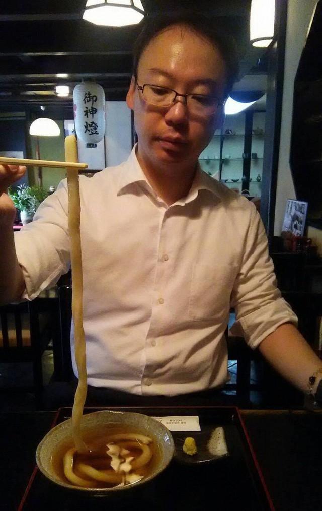 Tô mì chỉ có 1 sợi duy nhất to hơn chiếc đũa, phải đặt lịch và xếp hàng thì mới có ăn - Ảnh 4.