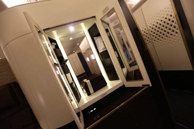 Cánh cửa bước vào một căn phòng khi di chuyển bằng hạng sang của Etihad Airways.