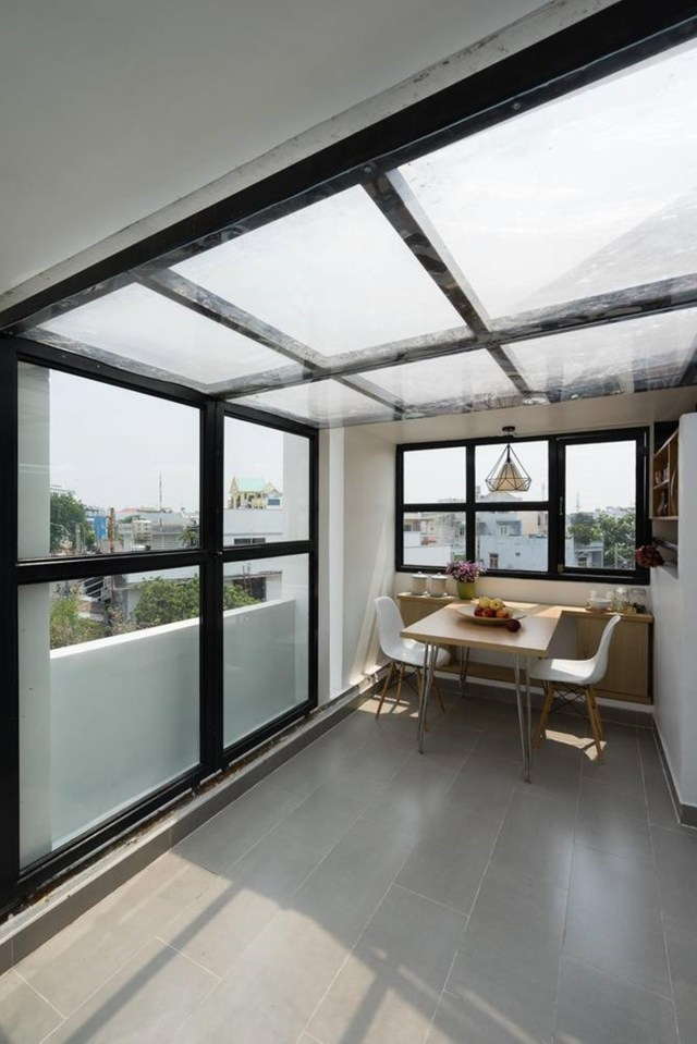 Về nội thất, không gian và kích thước vật thể đi theo khái niệm tối giản. Các vật liệu được sử dụng phổ biến, rẻ tiền, đòi hỏi sự tinh tế và kỹ thuật trung gian để tiết kiệm chi phí đầu tư một cách hiệu quả