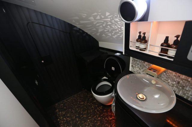 Khu vực phòng vệ sinh trên máy bay được thiết kế như trong khách sạn.