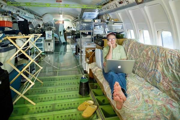 Một chiếc xofa lớn được đặt ngay giữa thân máy bay