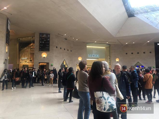 Pháp: Dân tình xếp hàng đông nghịt đi xem triển lãm bảo tàng, thờ ơ với iPhone X vì một lý do đơn giản - Ảnh 6.