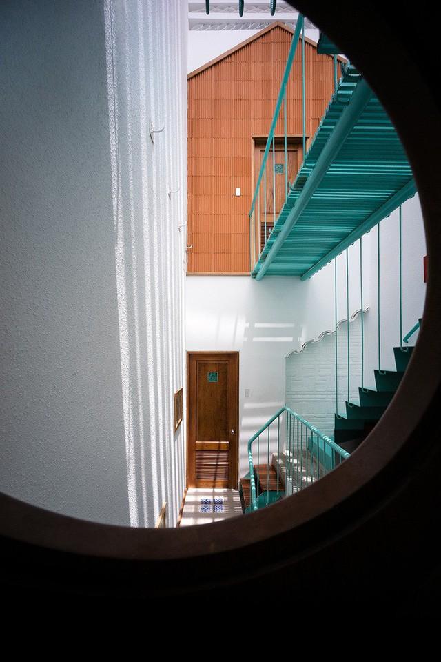 Ngôi nhà ống của đại gia đình trong hẻm nhỏ ấp ủ ý tưởng suốt 10 năm, đổi 3 đội thợ mới hoàn thành ở Sài Gòn - Ảnh 6.